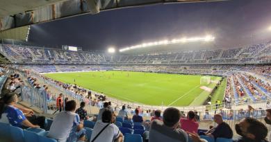 Antoñín sigue lanzando guiños al Málaga: espectador de lujo en el debut liguero frente al Mirandés